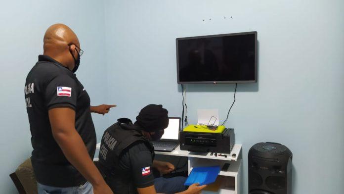 Mandados de busca foram cumpridos por equipes da Polícia Civil em Salvador, Alagoinhas e Santo Antônio de Jesus. Dezenas de equipamentos de informática e armazenamento de dados foram apreendidas